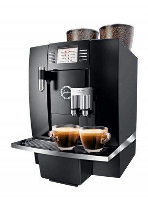 JURA Giga X8c espressomachine met koffie (zijkant)